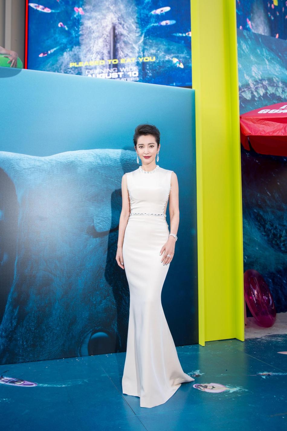 李冰冰亮相《巨齿鲨》美国首映 曳地礼服优雅端庄