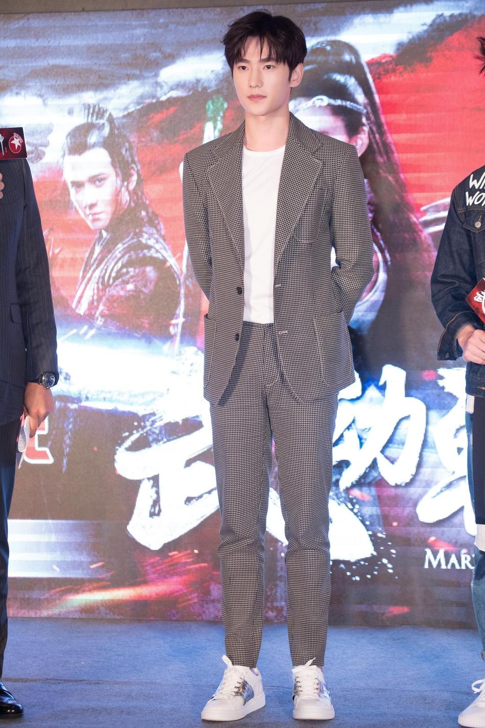 杨洋西装现身发布会 尽显绅士品质