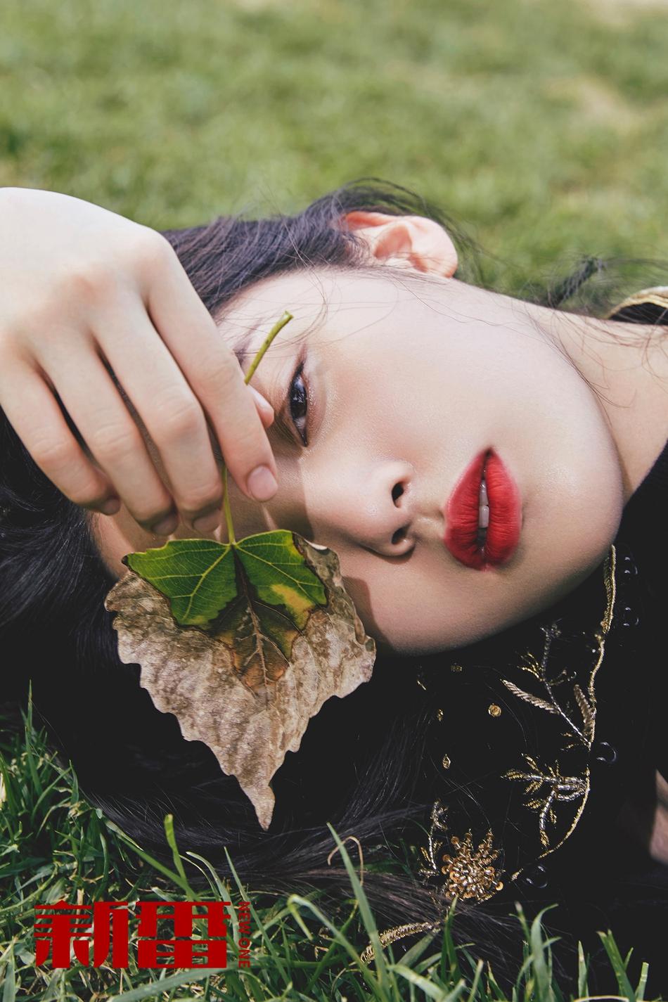 欧阳娜娜最新大片 上演18岁少女的眼神绝杀