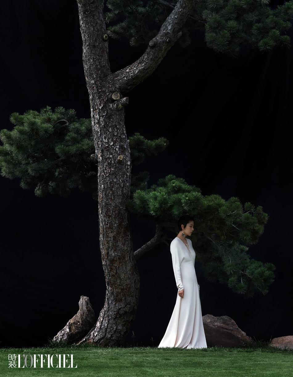海清登《时装》封面 穿梭在氤氲缭绕云雾间