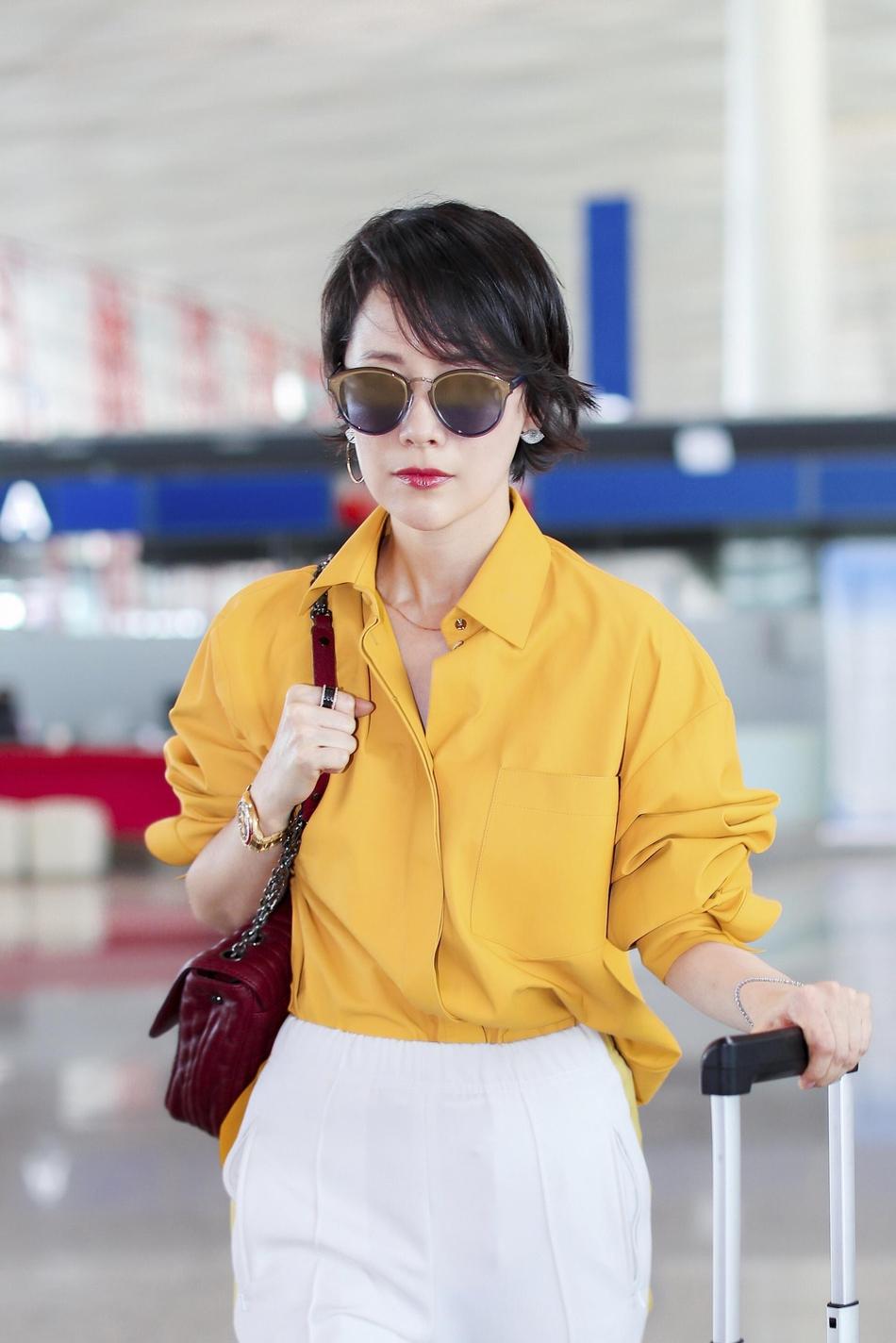 海清现身机场 琉璃黄套装尽显率性优雅