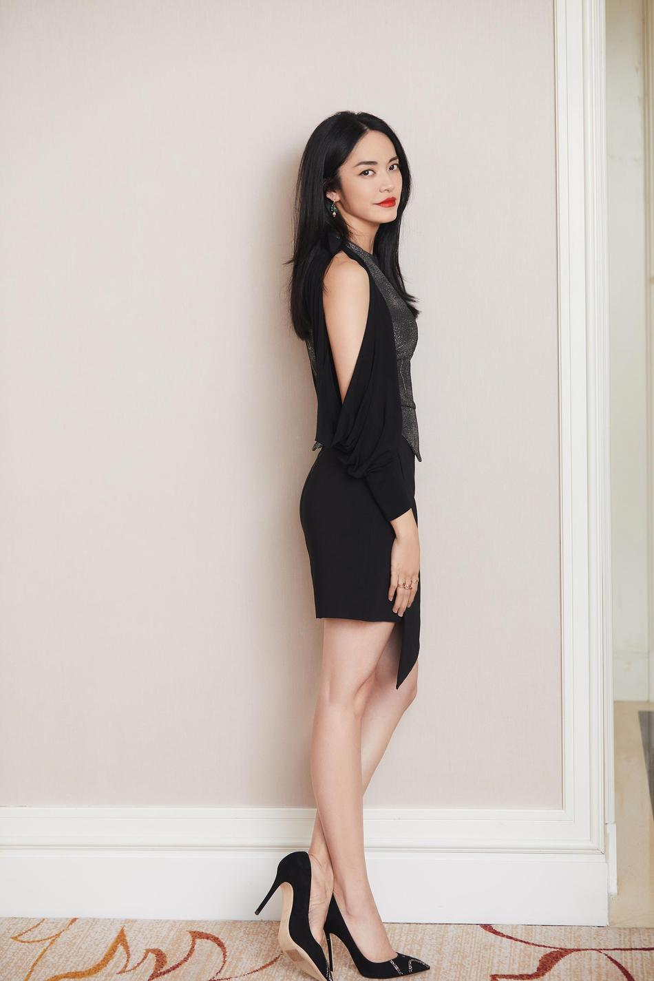 姚晨穿不规则黑裙大秀美腿 展现姣好身材比例