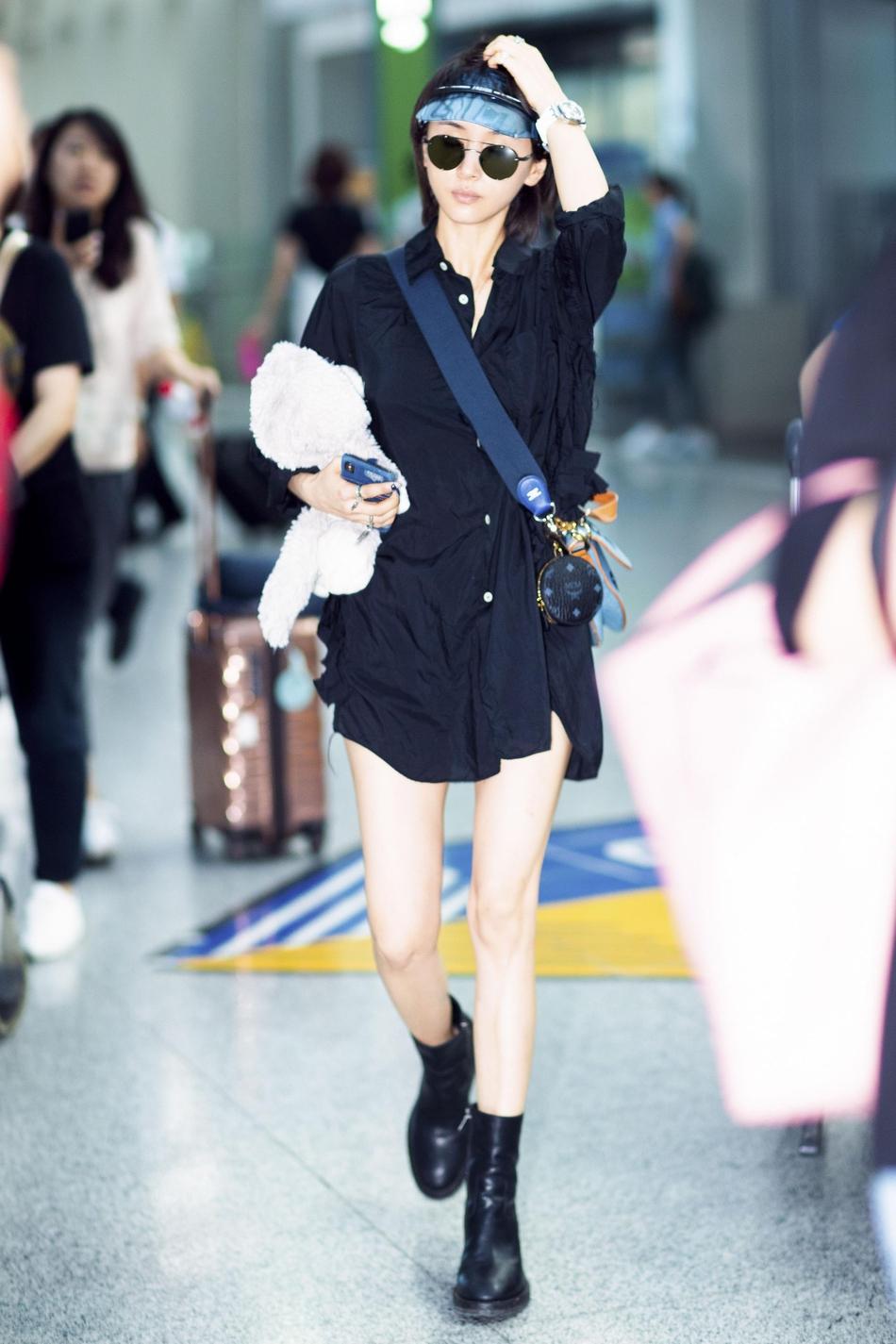 王子文现身首都机场 黑超遮面怀抱毛绒熊又酷又萌