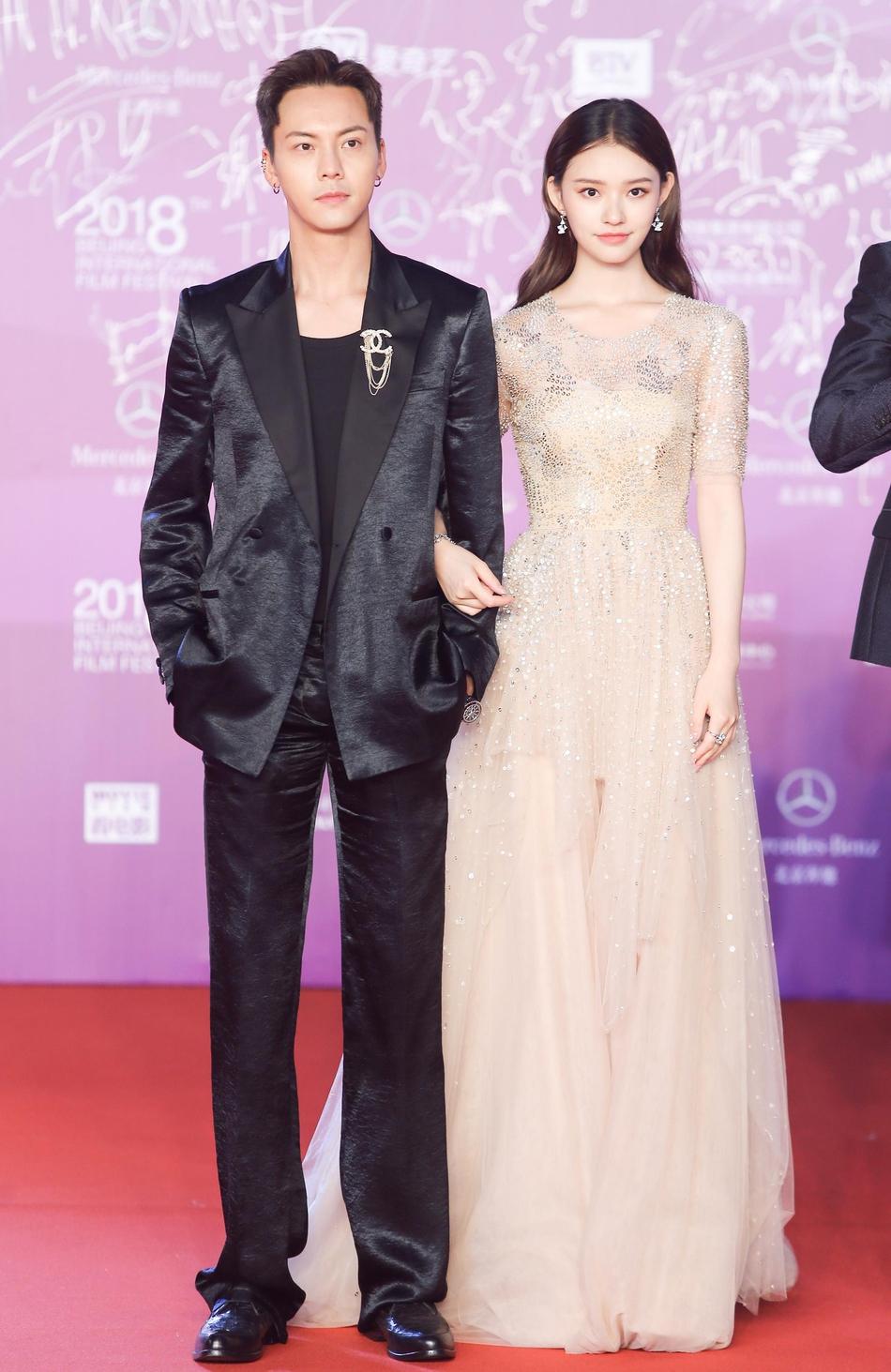 林允亮相北京电影节闭幕式 香槟色长裙优雅气质图片