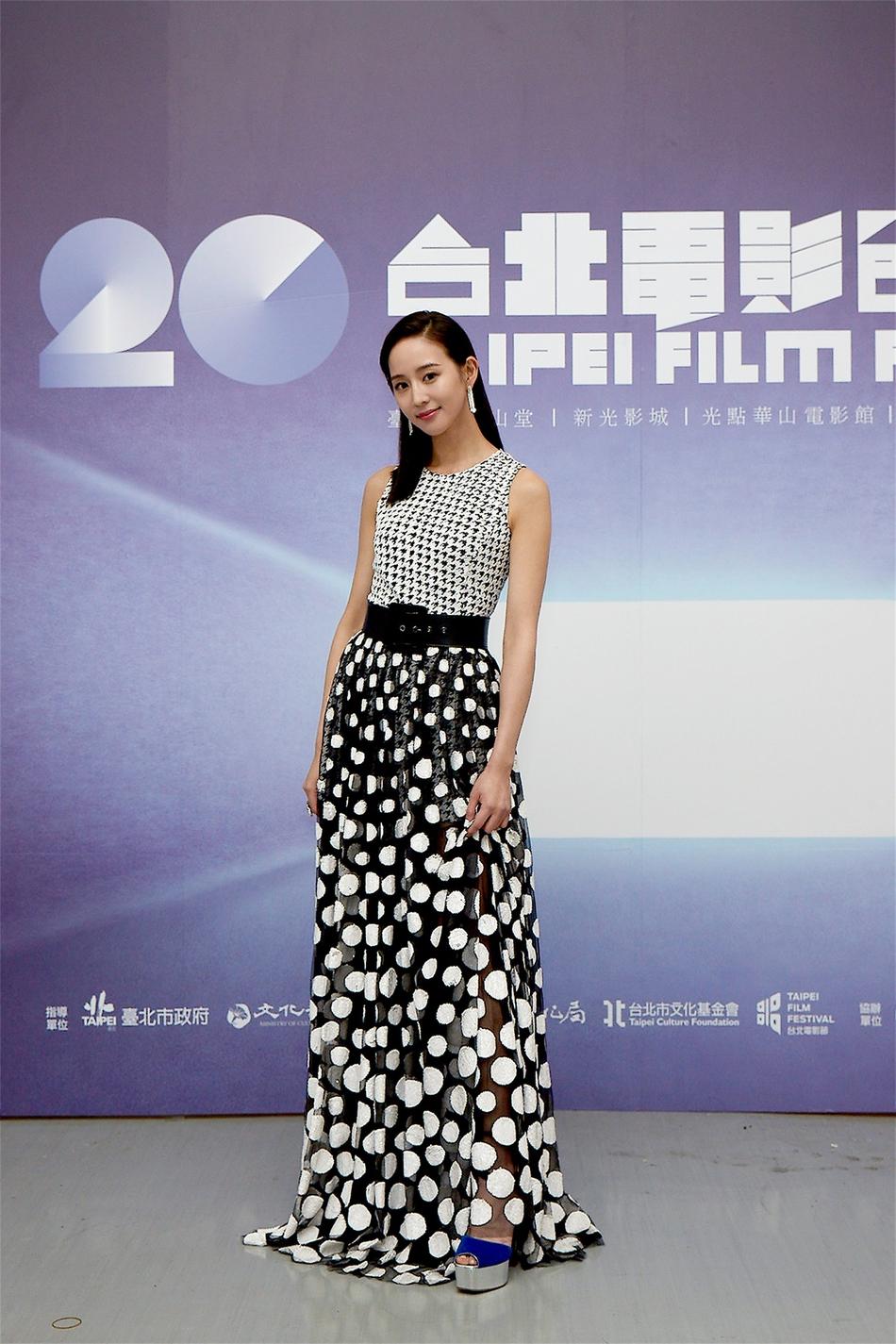 张钧甯出席台北电影节 黑白礼服优雅干练