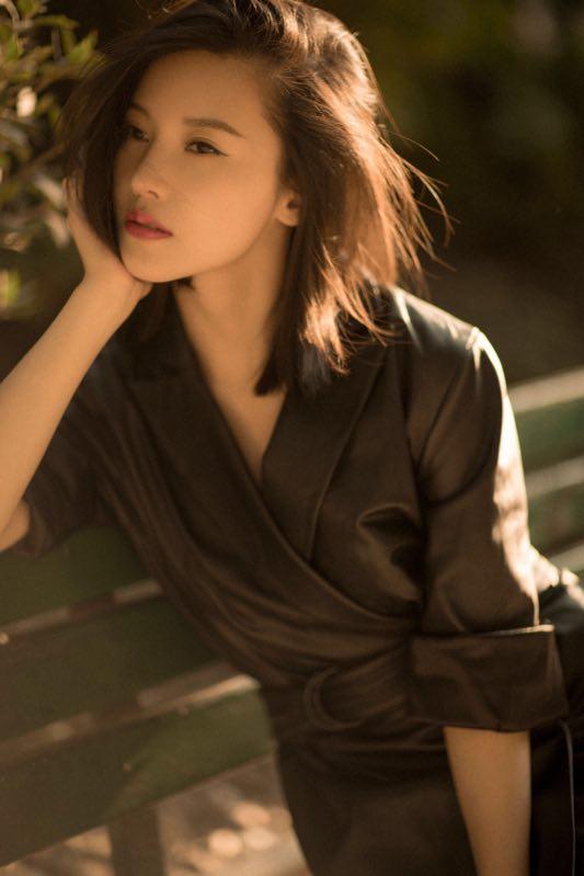 杨子姗文艺风写真曝光 黑色皮衣优雅干练