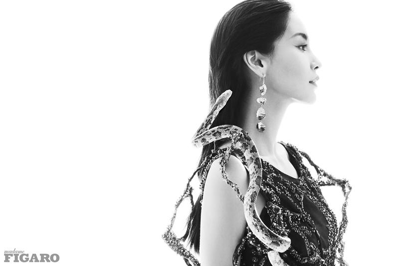 Angelababy与蛇共舞 登费加罗九月封面