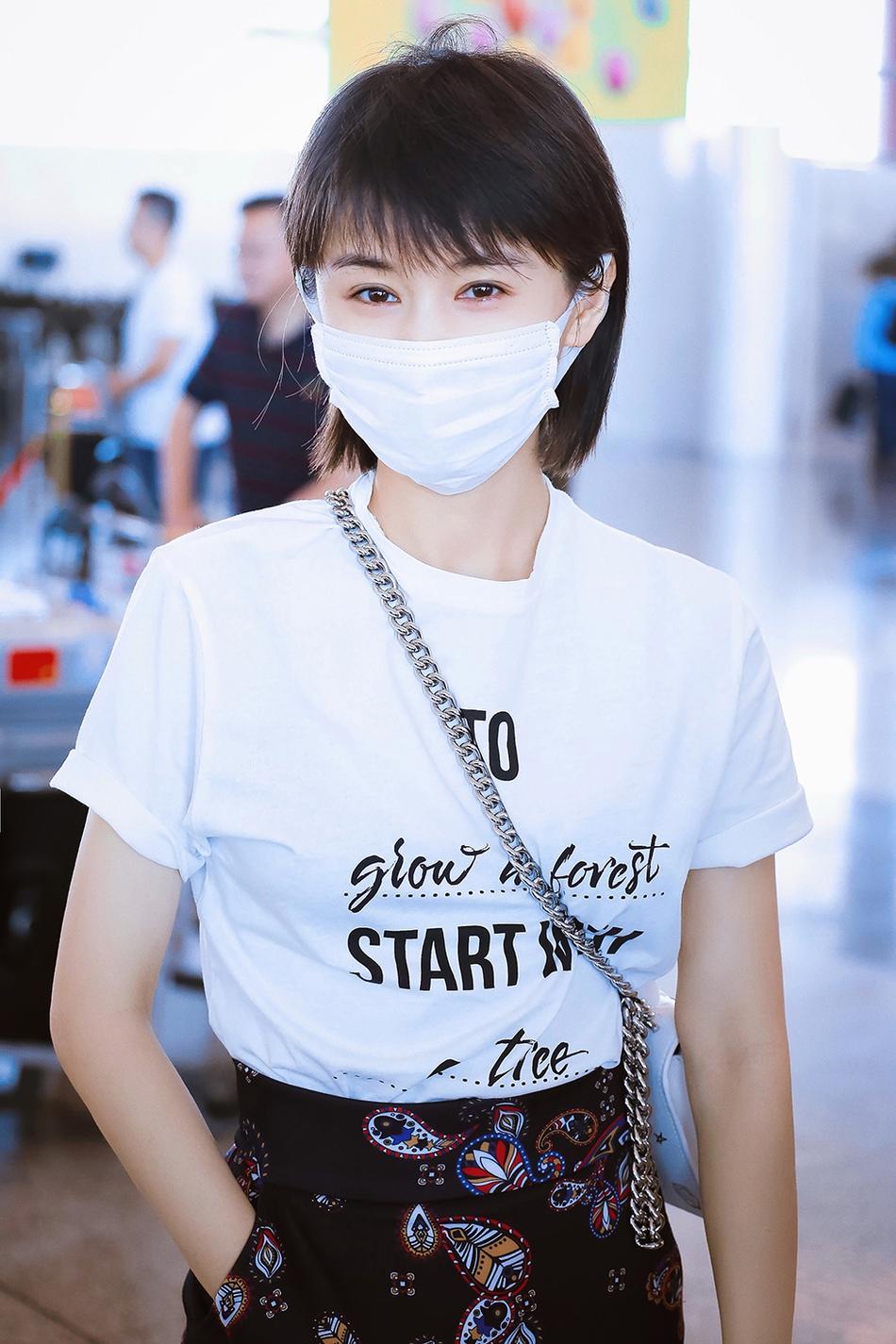 王子文现身机场 清新印花中裙秀出好比例