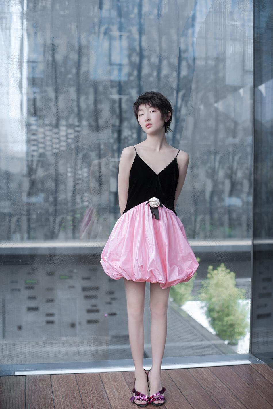周冬雨粉黑吊带裙出席活动 利落短发俏皮可人