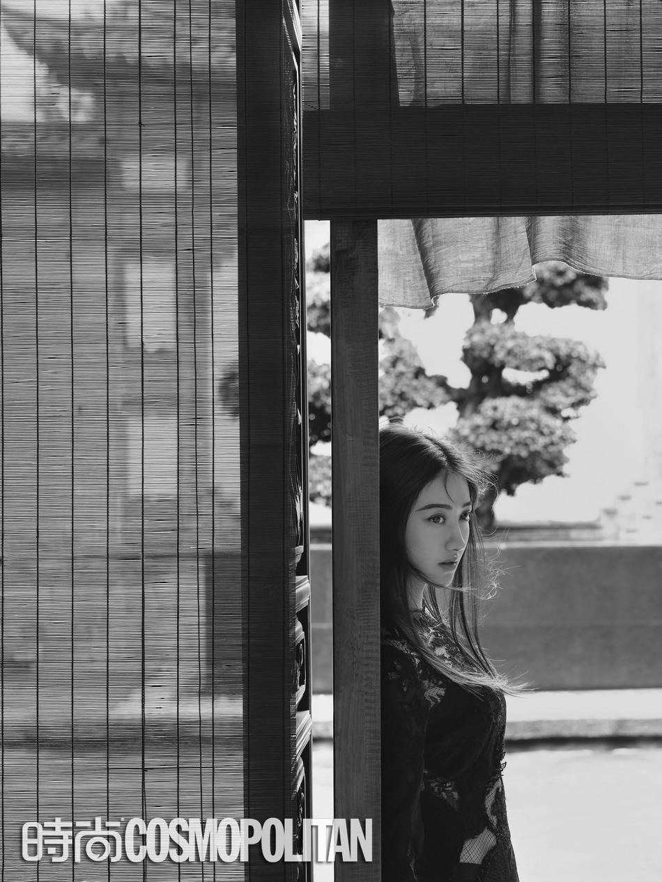 景甜二登《时尚COSMO》演绎金九封 流苏长裙灵动优雅