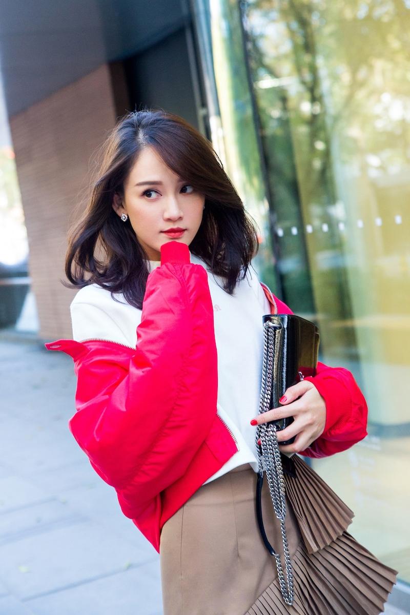 近日,陈乔恩曝光一组街拍,照片中她造型多变,在保持自身个性的图片