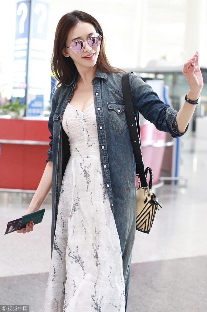 分享到微博 9 / 13 近日,现身机场的林志玲身穿牛仔风衣内搭深v长裙图片
