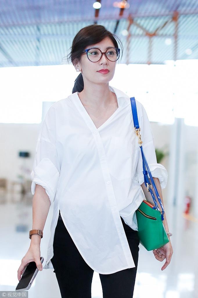 逆龄女神贾静雯现身机场 白衬衫清新干练