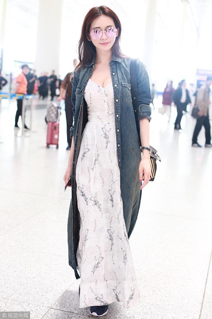 全屏观看 5 / 13 近日,现身机场的林志玲身穿牛仔风衣内搭深v长裙现身图片