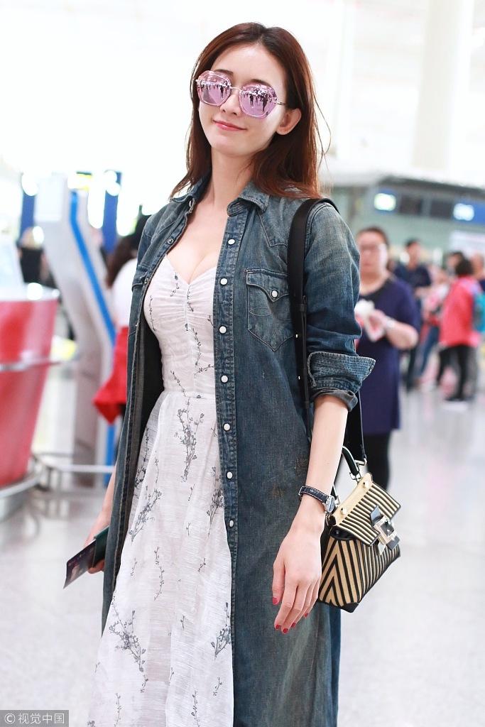 猜你喜欢 4 / 13 近日,现身机场的林志玲身穿牛仔风衣内搭深v长裙现身图片