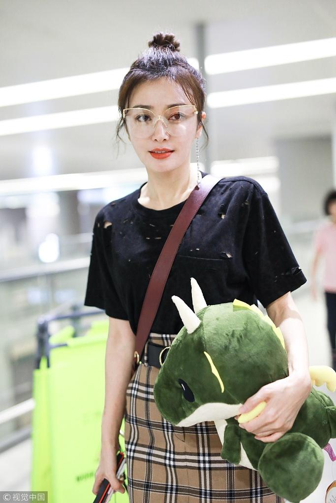 逆龄女神秦岚甜美风现身机场 抱玩偶嫩过少女