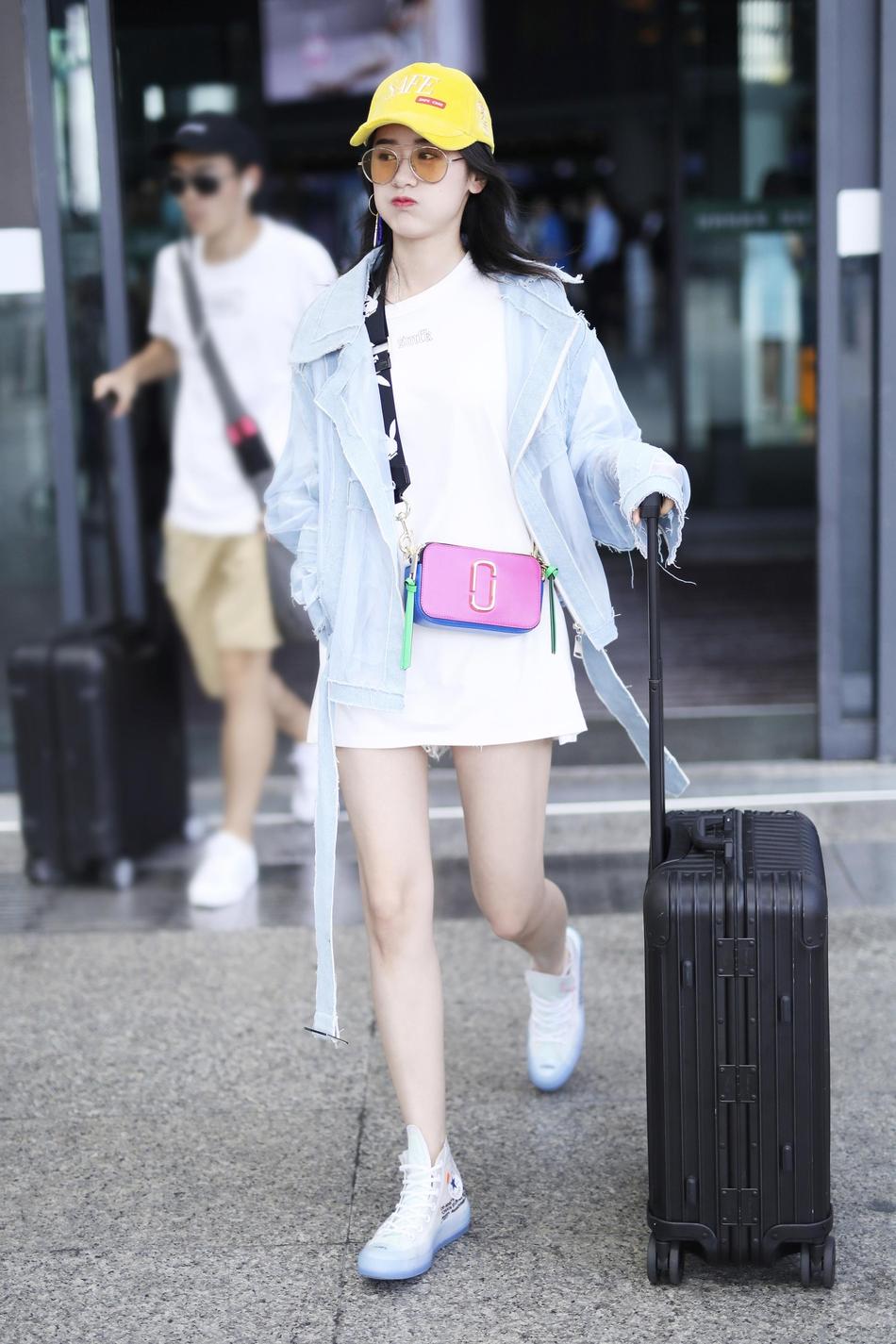 袁冰妍休闲搭配现身机场 糖果色配饰清新可爱