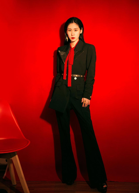 张碧晨率性西装搭配化身音乐导师