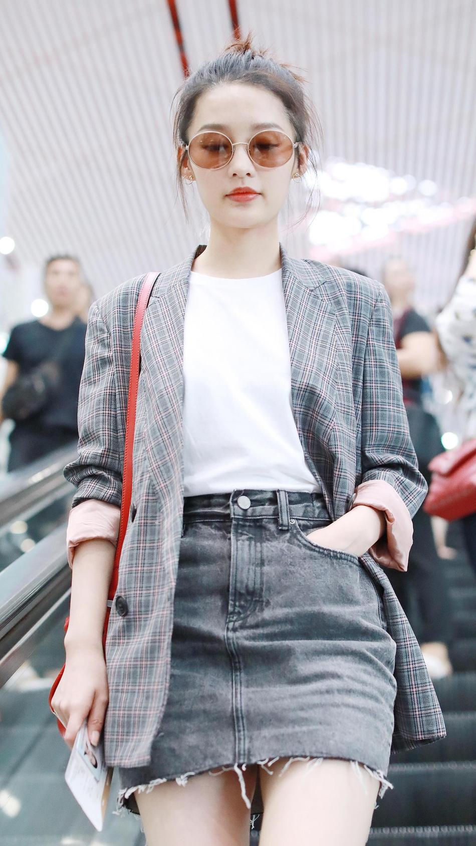李沁穿牛仔短裙秀长腿 格纹西装经典有型