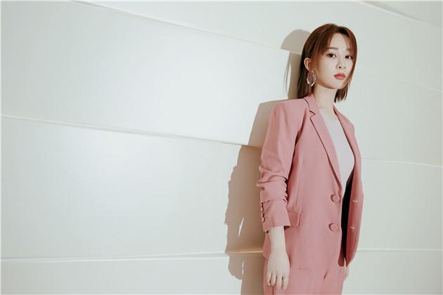 杨紫的粉嫩西装搭配