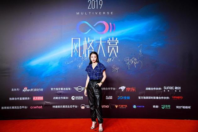 周雨彤现身2019风格大赏红毯