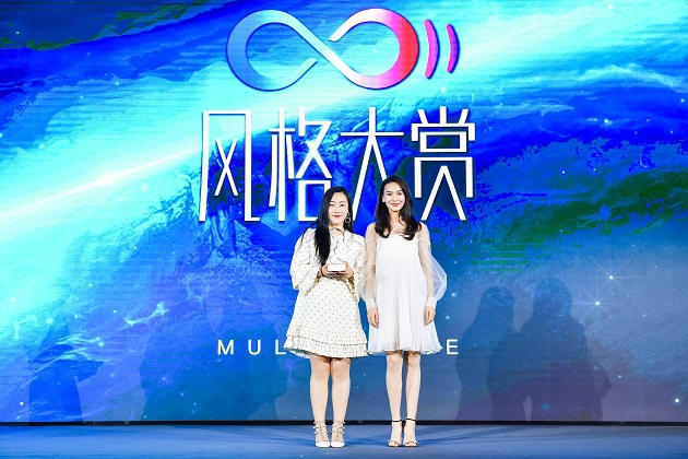 青年演员海铃为领奖嘉宾雪花秀中国区市场部负责人方珏女士