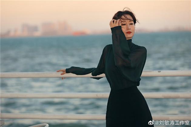 劉敏濤穿墨綠薄紗襯衫