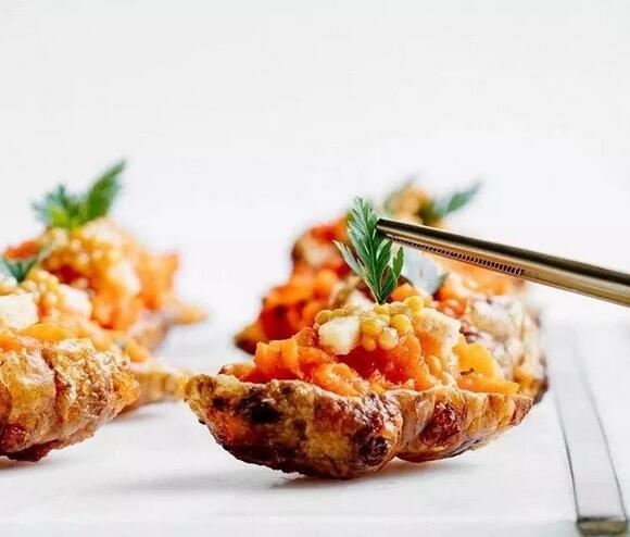 胡萝卜番茄塔塔搭配腌制芥末籽(素食)