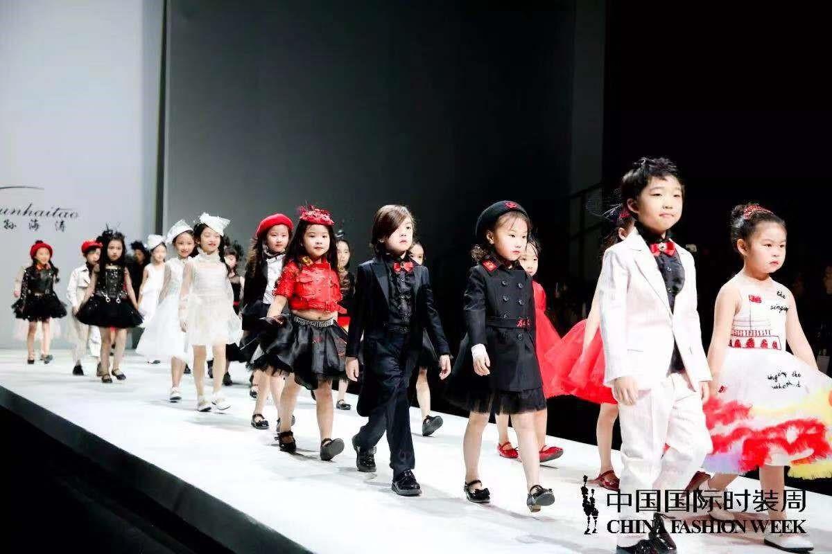 """中国国际时装周   孙海涛童装秀:""""歌唱祖国""""的小小少年"""