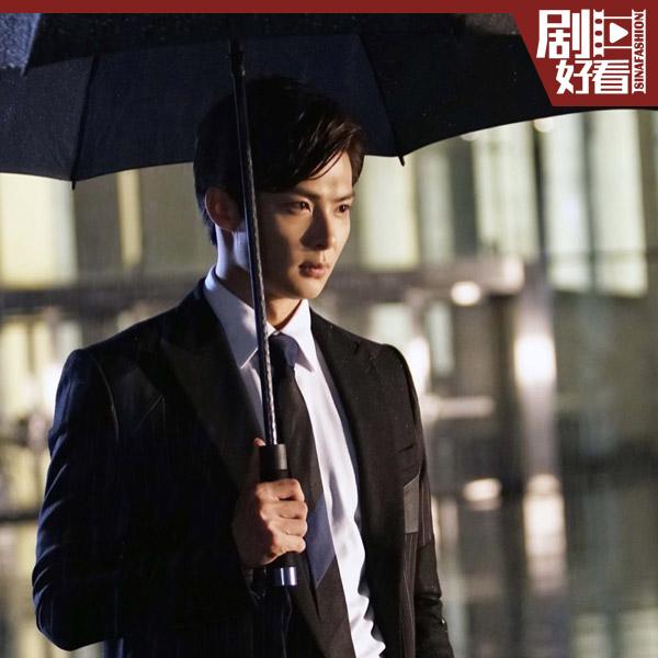 张铭恩撑伞