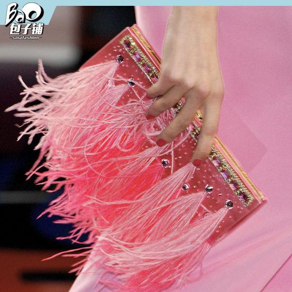 少女心十足的粉色羽毛手拿包