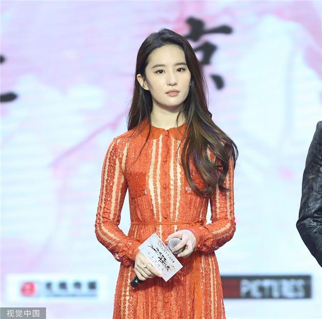 劉亦菲穿娃娃領紅裙