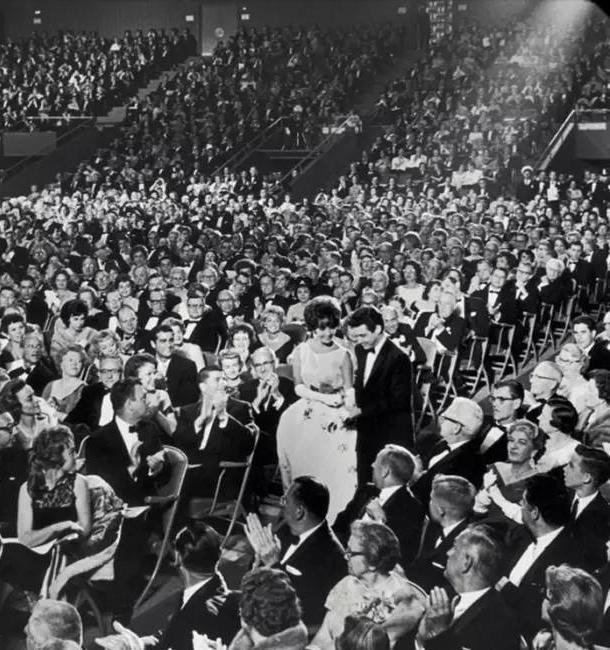 身着Dior参加颁奖典礼的伊丽莎白·泰勒