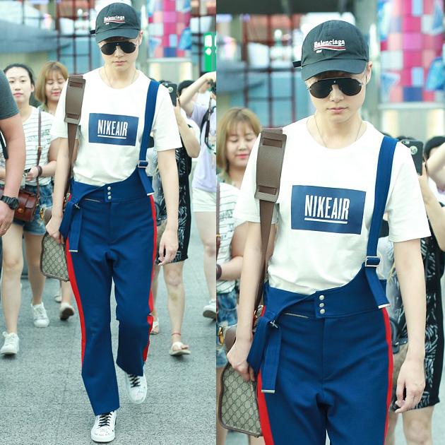 李宇春白T恤搭配校服裤