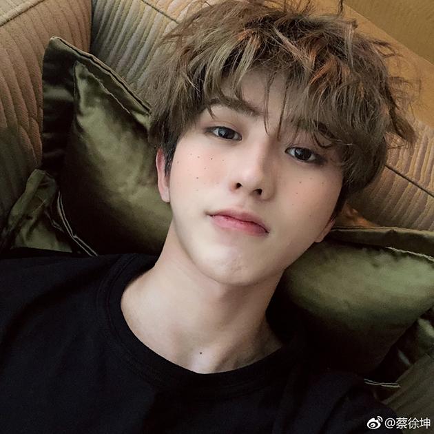 蔡徐坤雀斑妆