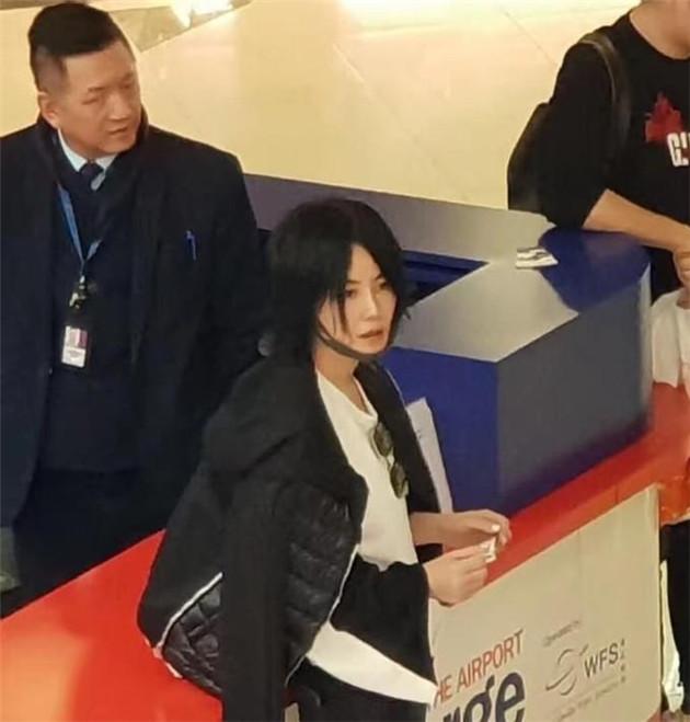 今年在机场被拍到的王菲