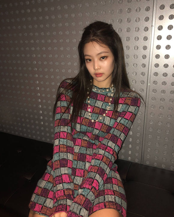 Jennie穿格纹连衣裙