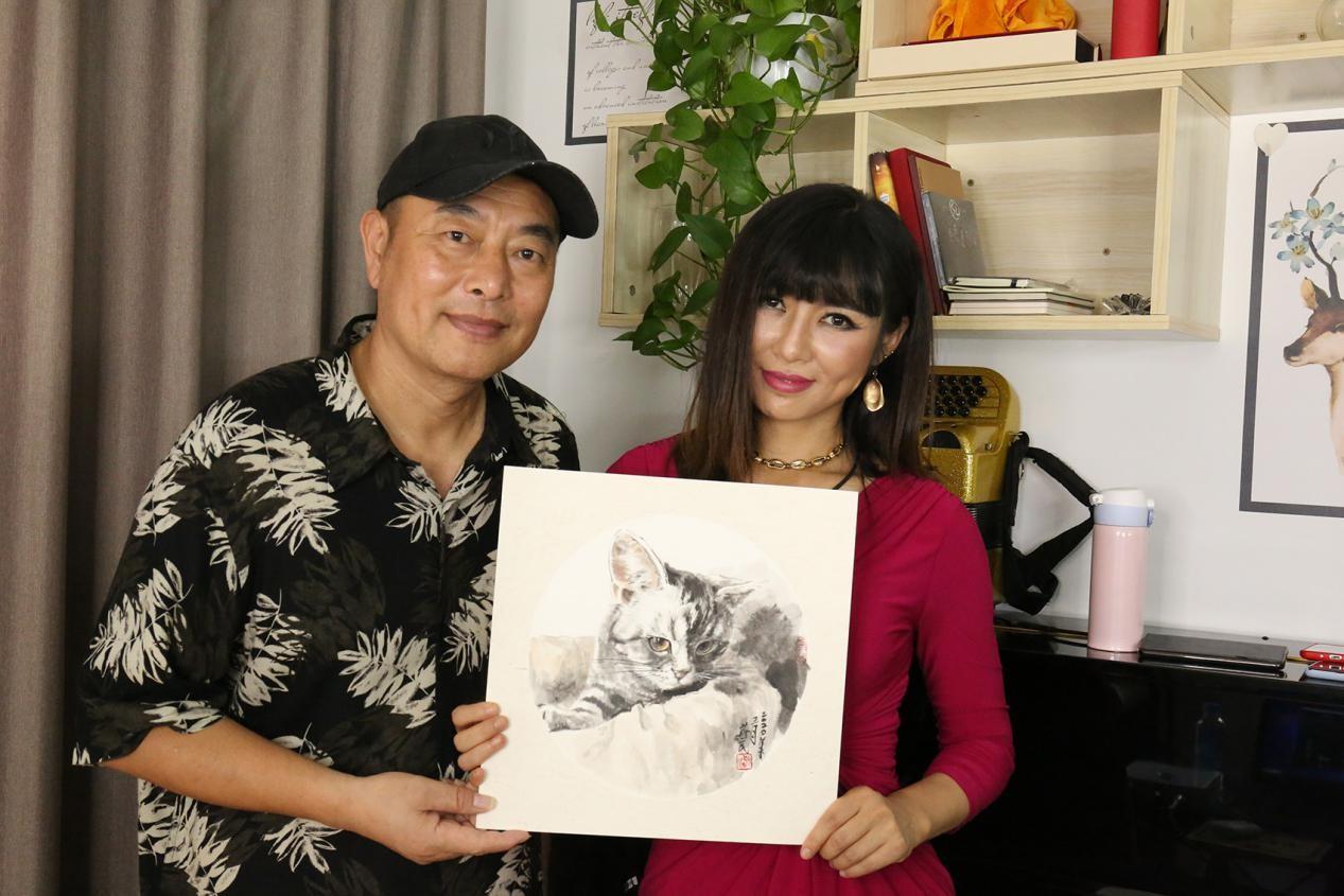 """嘉宾杨燕民以自己的绘画作品作为""""神秘礼物""""给灵魂天使唐千壹带来一份惊喜"""