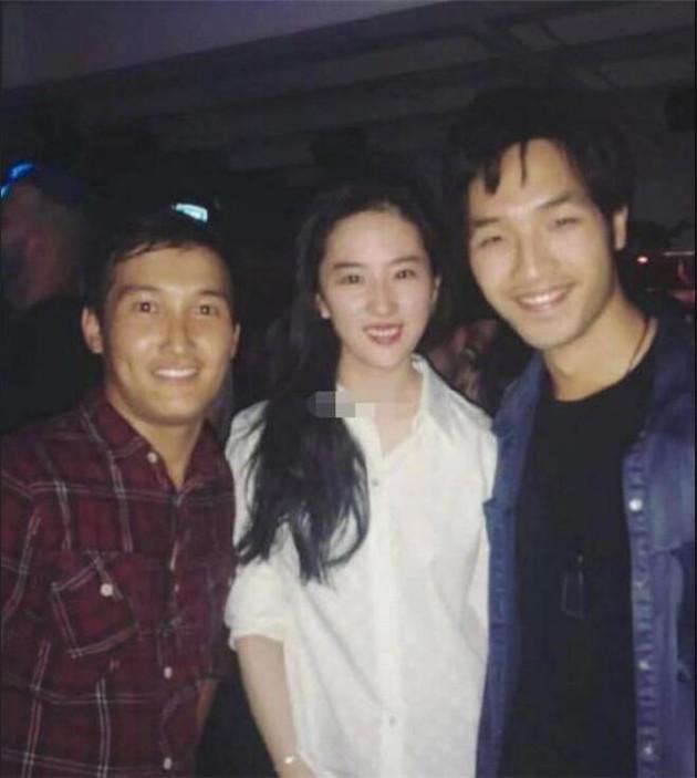 刘亦菲和剧组工作人员合影