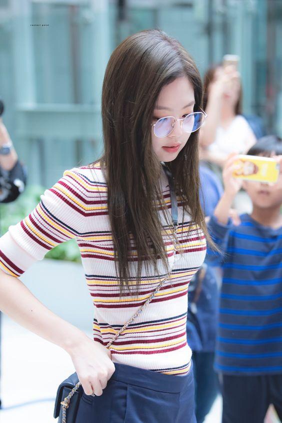 Jennie穿紧身针织衫