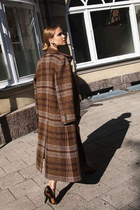 棕色格纹大衣