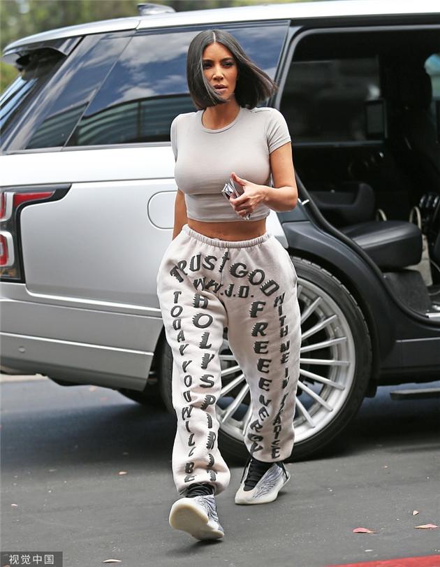 卡戴珊穿运动裤