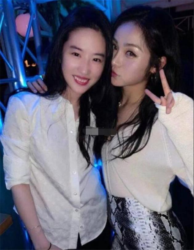 刘亦菲和朋友合影