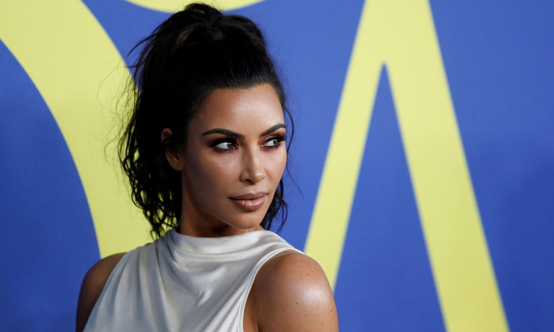 卡戴珊内衣品牌推出裸色口罩 被指责滥用种族主义