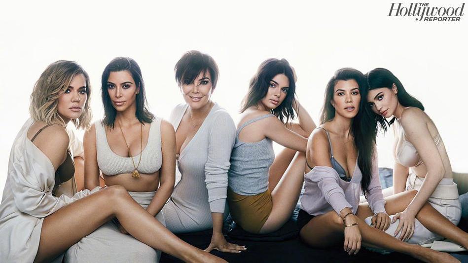 妈妈:Kris Jenner(左三) 大姐:Kourtney Kardashian(右二) 二姐:Kim Kardashian(左二) 三姐:Khloé Kardashian(左一) 金小妹:Kendall Jenner(右三) 金小小妹:Kylie Jenner(右一)