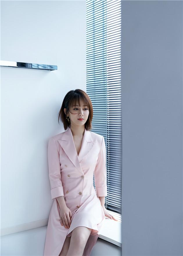 杨紫穿粉嫩西装裙