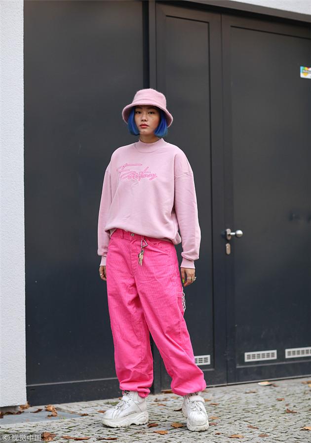 潮人穿粉色卫衣搭配