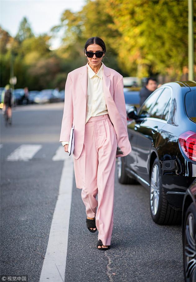 博主穿粉色西装