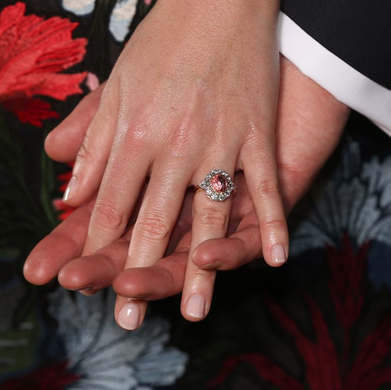 尤金妮公主的花朵订婚戒指