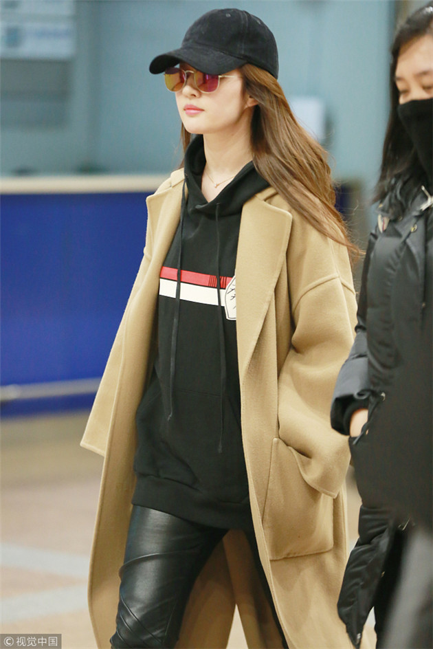 刘亦菲机场穿黑色卫衣